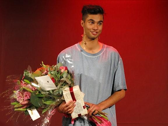William Spetz tackar publiken efter premiären. Foto: Björn Jansson/Sveriges Radio.
