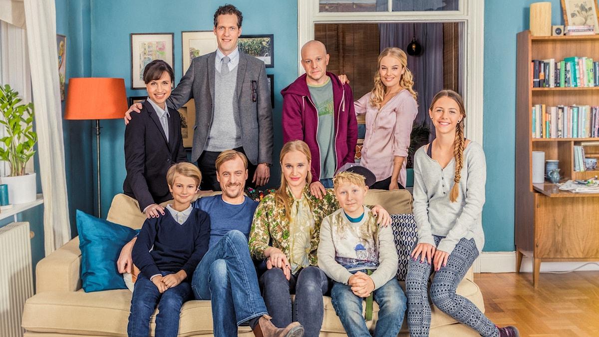 Gruppfoto med alla i tv-serien Bonusfamiljen