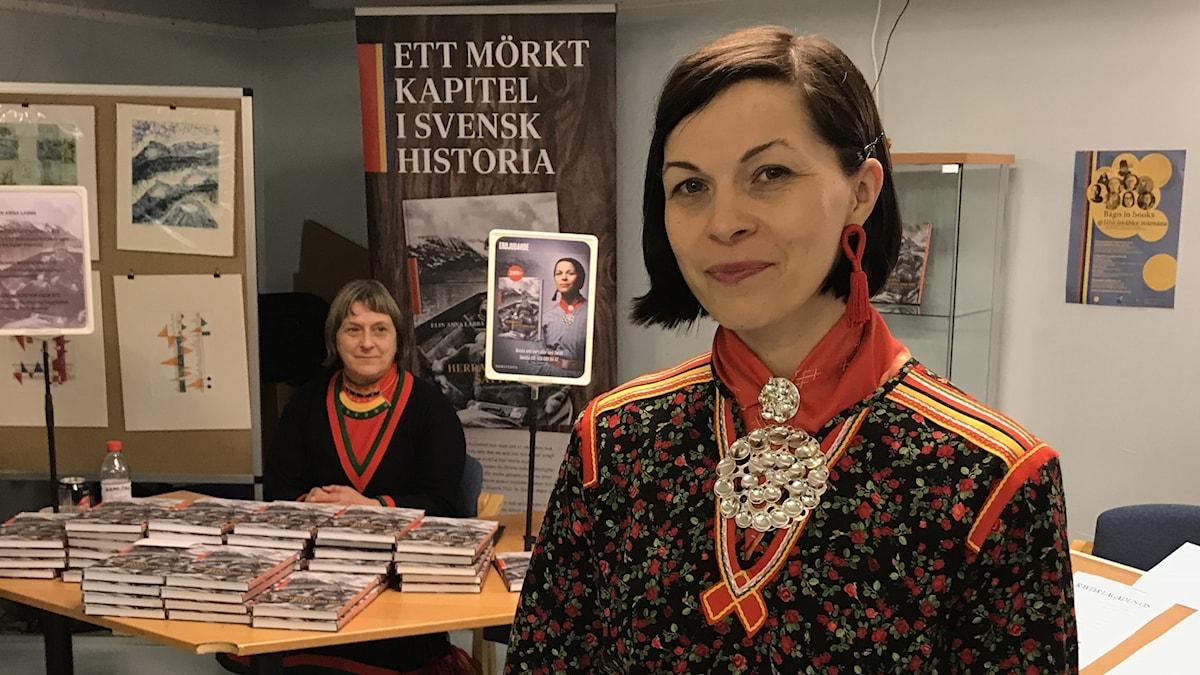 Elin Anna Labba vid bokbordet på Jokkmokks marknad.