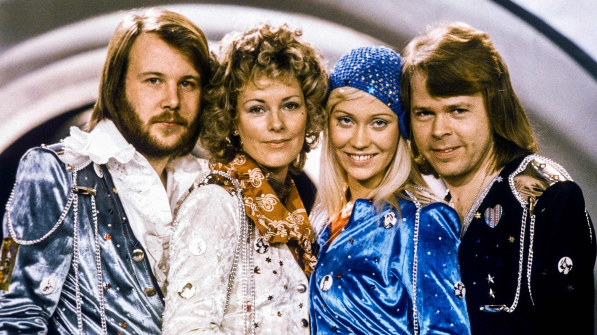 ABBA ser nöjda ut mot kameran i sin scenklädsel från Eurovisionvinsten 1974