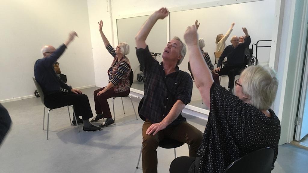 Rörelser ger kraft åt rösten. Hugo Tham förevisar.
