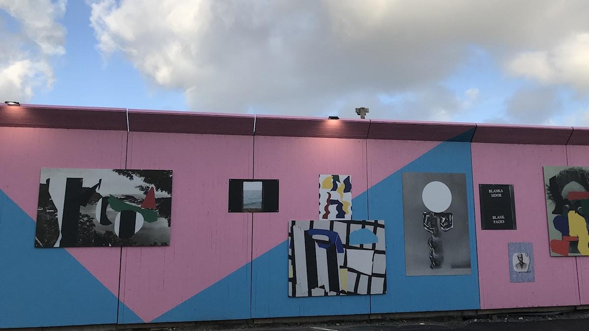 Konstnären Eric Magassa har skapat konst på en väggpå Franska tomten i Göteborg om Sveriges koloniala förflutna.