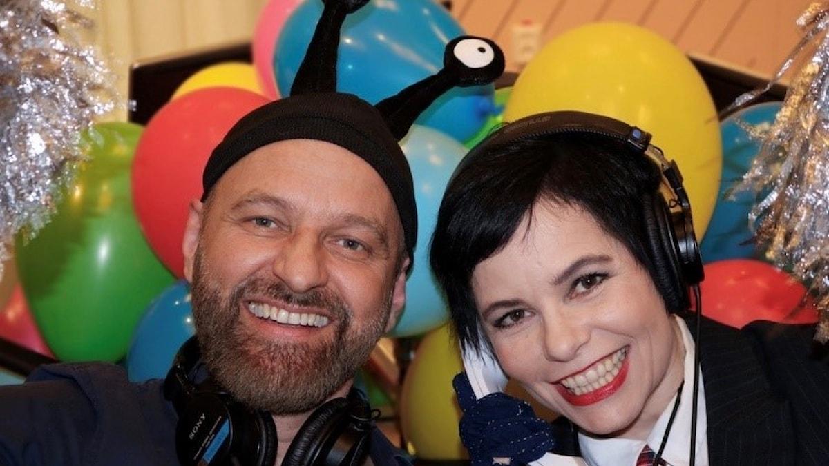 En man och en kvinna framför ett hav av ballonger