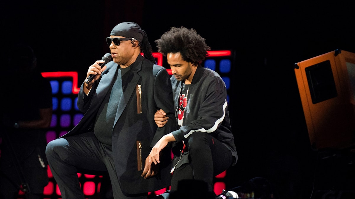 Stevie Wonder knäböjer under konserten i New York.
