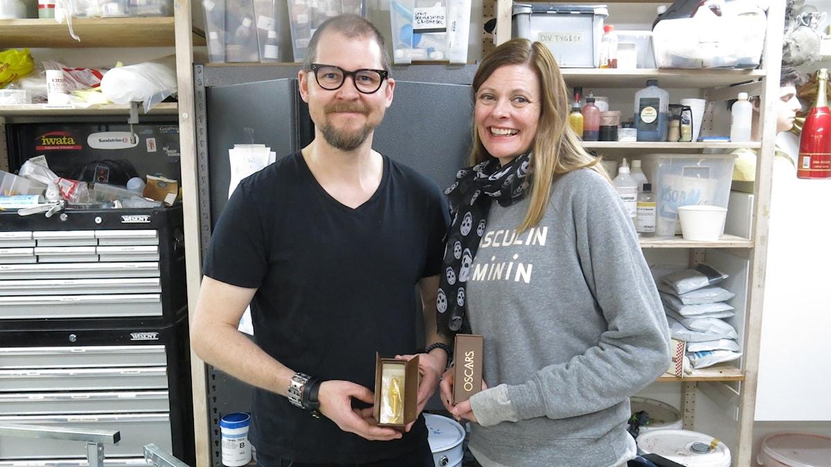 Love Larson och Eva von Bahr i maskörverkstaden, långt från Hollywoods glamour. Foto: Björn Jansson/Sveriges Radio.
