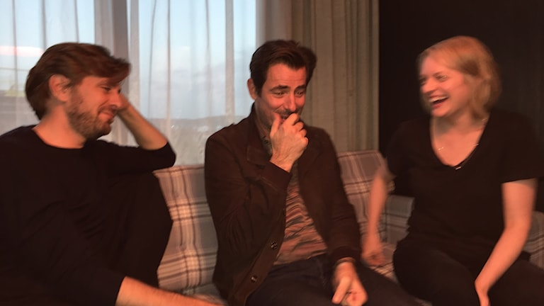 """Regissören Ruben Östlund och skådespelarna Claes Bang och Elizabeth Moss kring inspelningen av """"The Square"""" i Göteborg."""