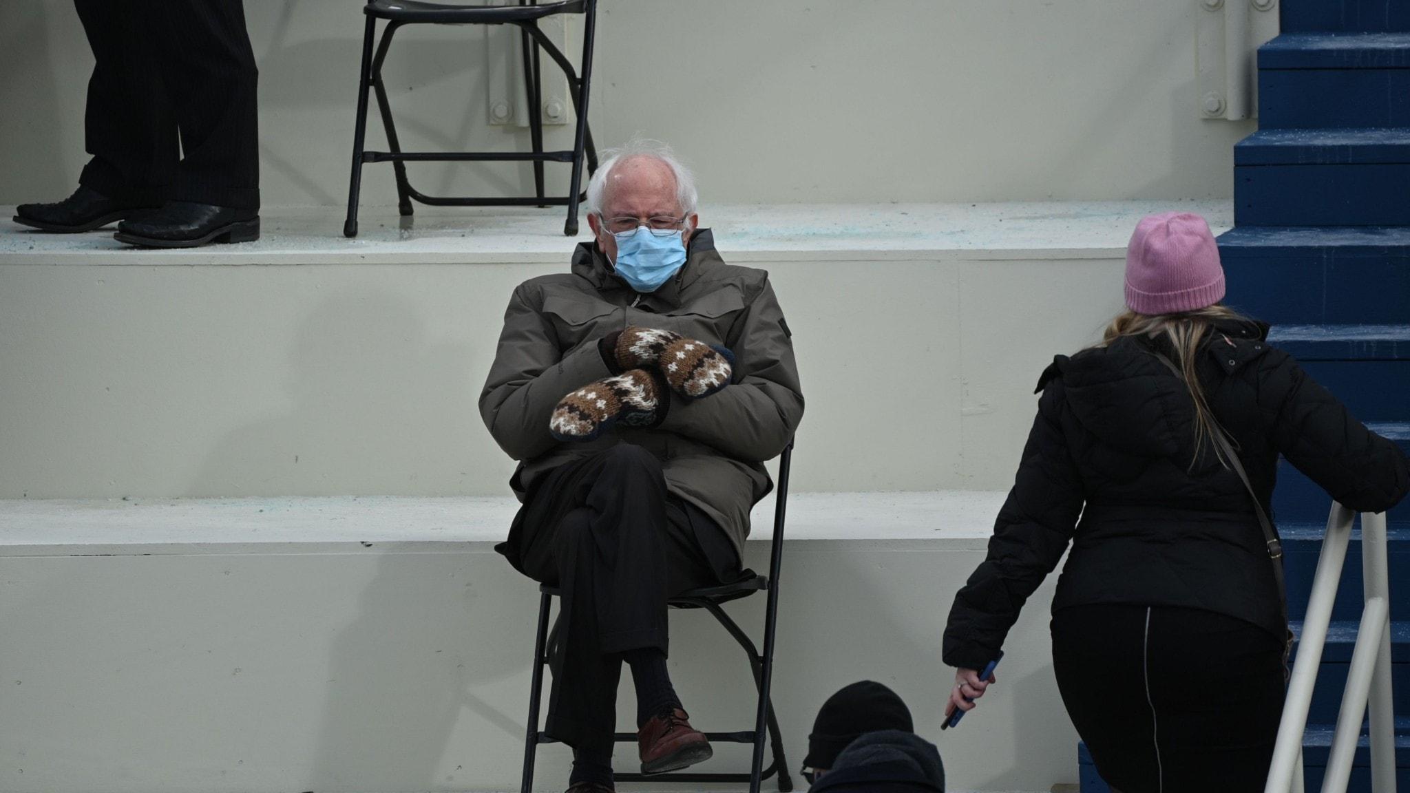 Bernie Sanders i väntan på ceremonin i munskydd och vantar
