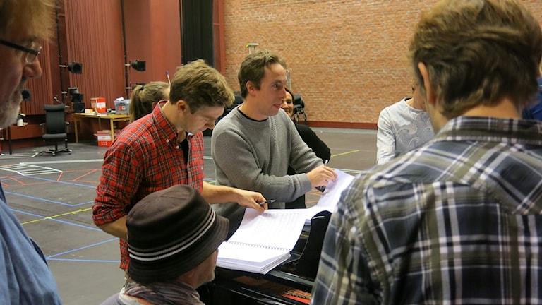 Linus Wahlgren och Per Andersson under en av de första repetitionerna av The Book of Mormon. Foto: Björn Jansson/Sveriges Radio.