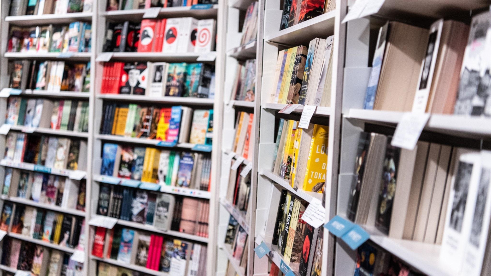 Flera hyllor med böcker.