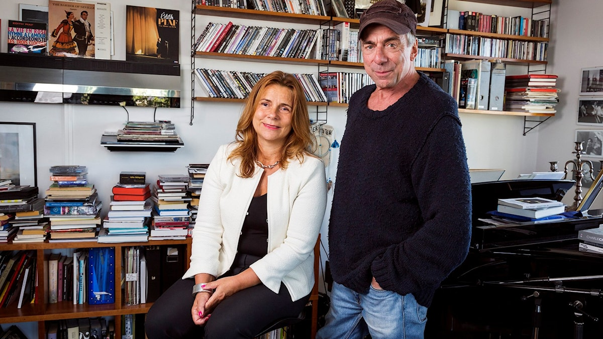 Katarina Hahr och Rikard Wolff i hans hem. Foto: Alexander Donka/Sveriges Radio