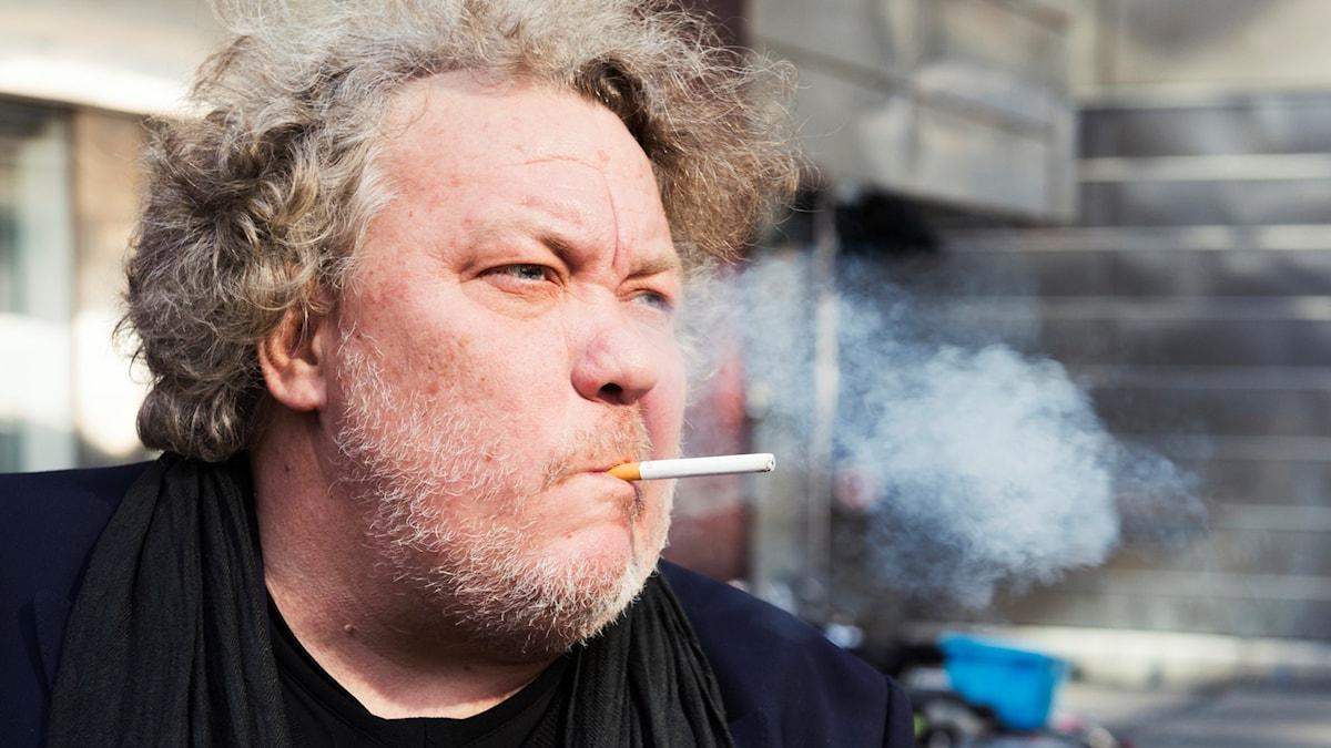Skådespelaren Leif Andrée utanför Stockholms Stadsteater.