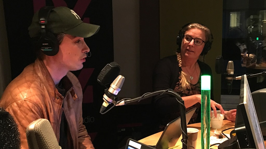 David Druid och Pernilla Eskilsdotter pratar i en radiostudio.