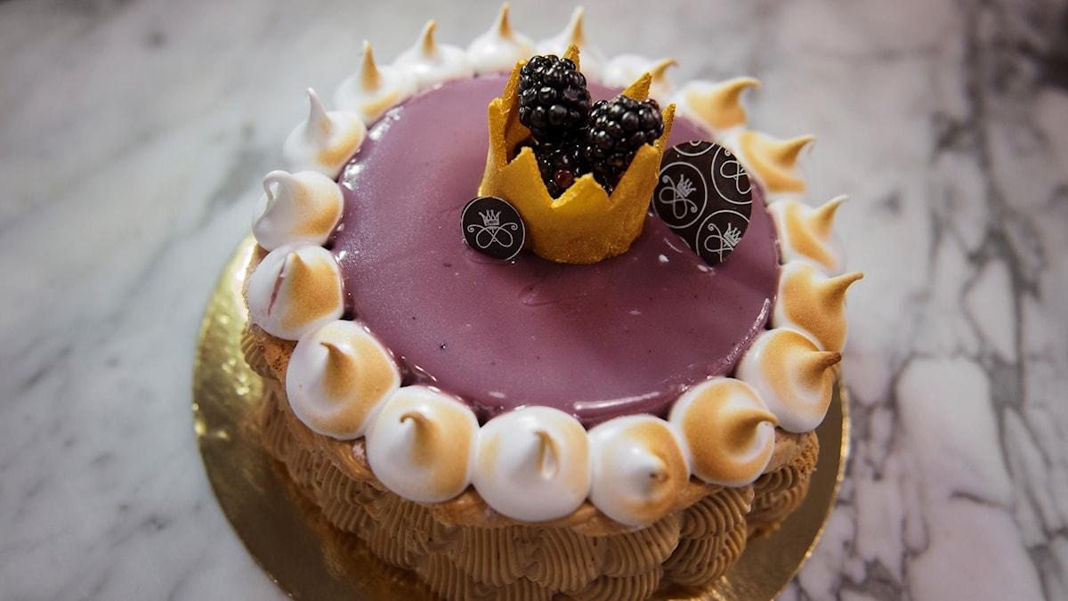 Oscarstårtan med prinskrona och marängtoppar.