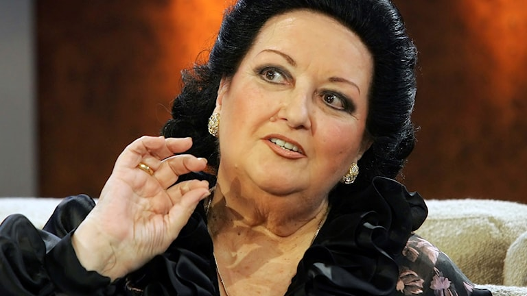 Montserrat Caballé gestikulerar under en intervju.