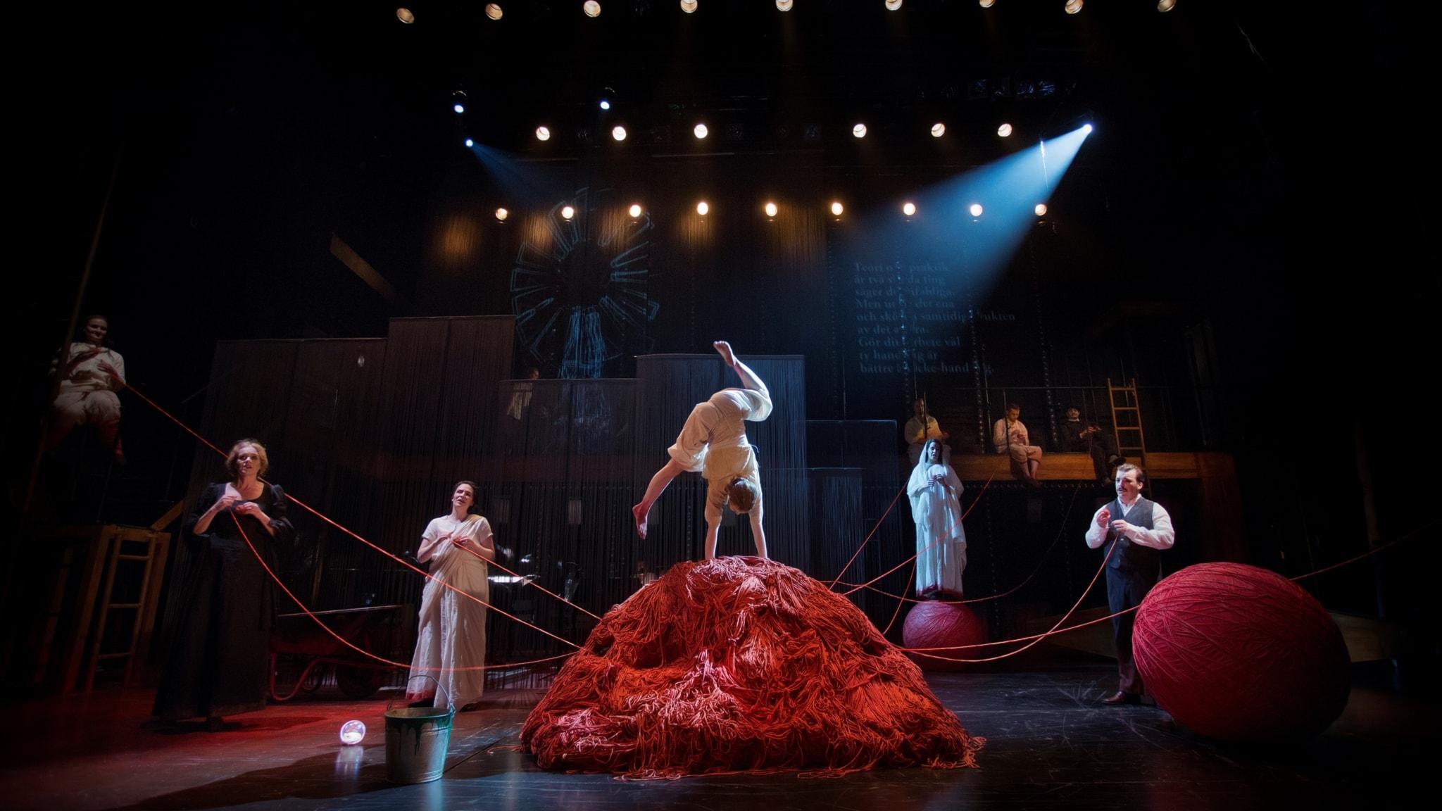"""Scen ur Philip Glass opera """"Satyagraha"""" som Folkoperan har satt upp tillsammans med Cirkus Cirkör."""