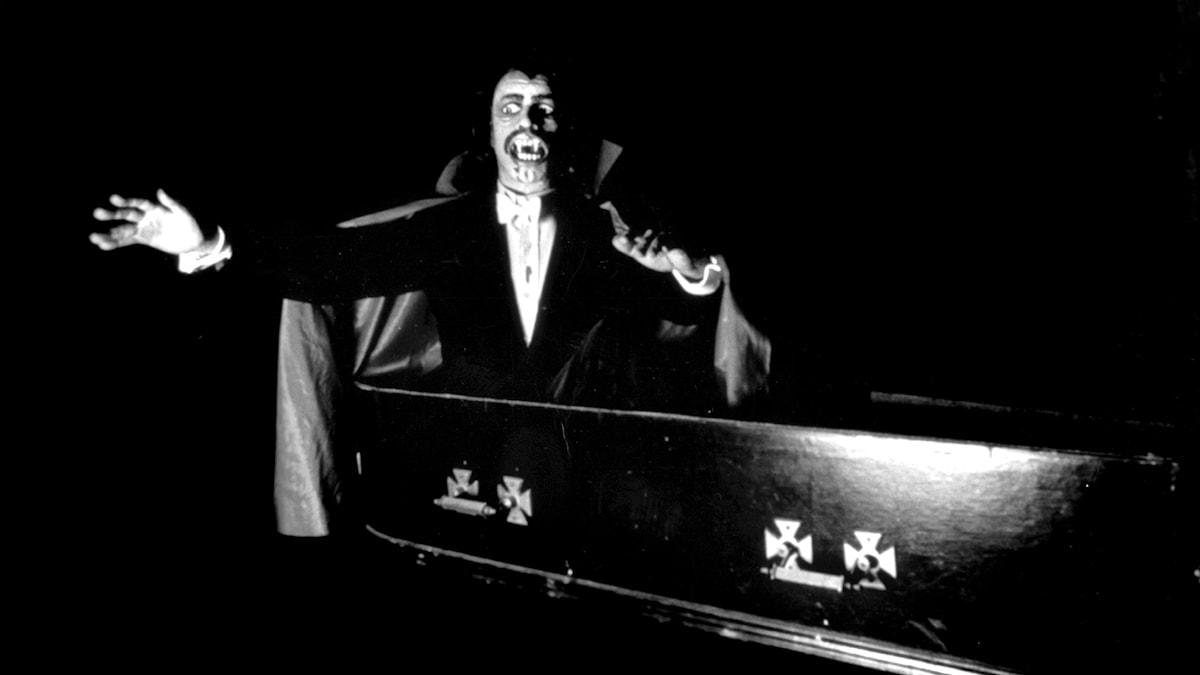 Dracula reser sig upp ur sin kista.