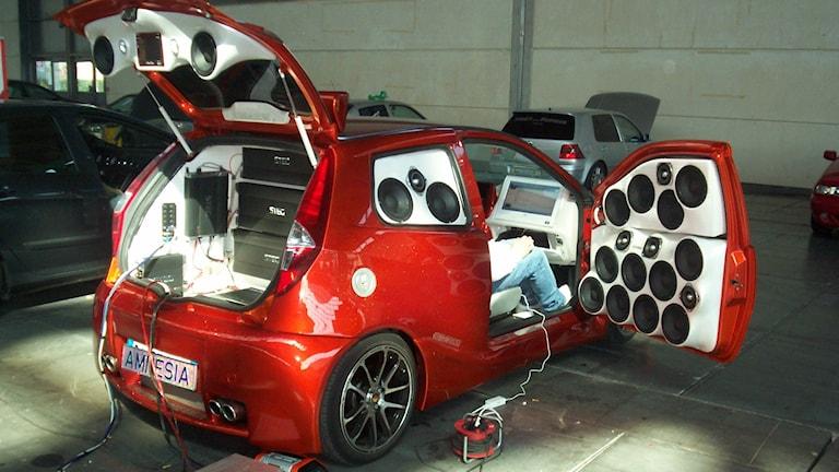 Bagageutrymmet och sidorutorna på en liten bil har byggts omm och fyllts med bilstereohögtalare.
