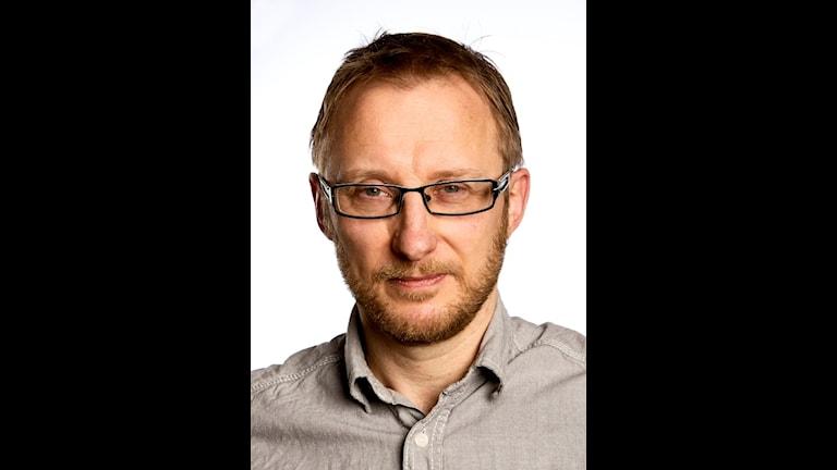 POrträttbild av Bengt JOhansson. Han har kortklippt mellanblont hår och skägg, samt fyrkantiga glasögon.