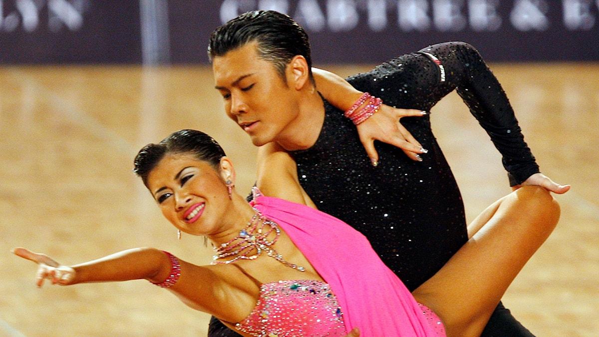 Ett danspar in action under en rumbatävling.