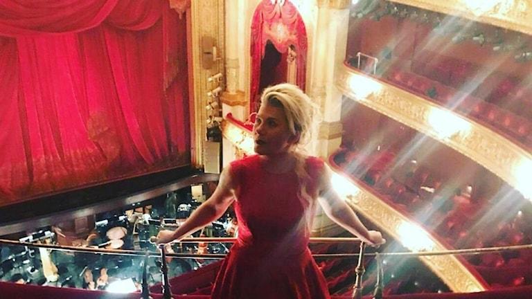 vampyr röd klänning orkesterdike ridå