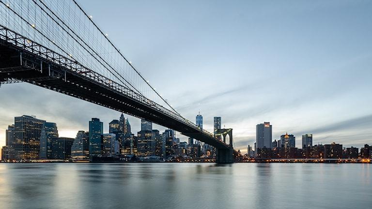 Brokklyn Bridge som sträcker sig över till Manhattan i New York.