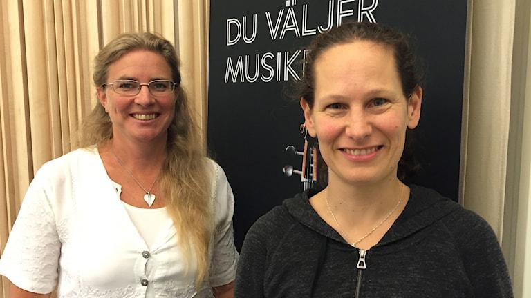 Konsertmästaren och violinisten Malin Broman tillsammans med programledaren Pernilla Eskilsdotter.