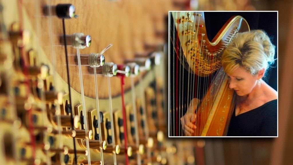 Harpisten Susan Syverson spelar på sin harpa.
