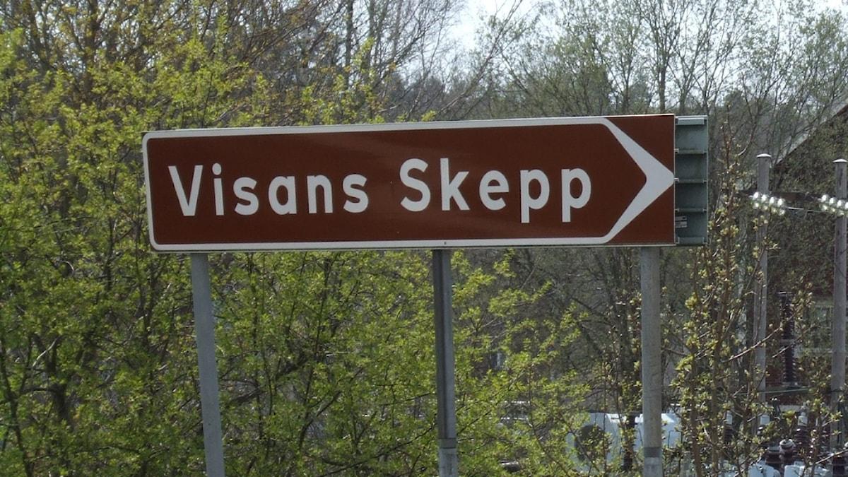 Skylt som pekar mot Visans skepp i Storebro.
