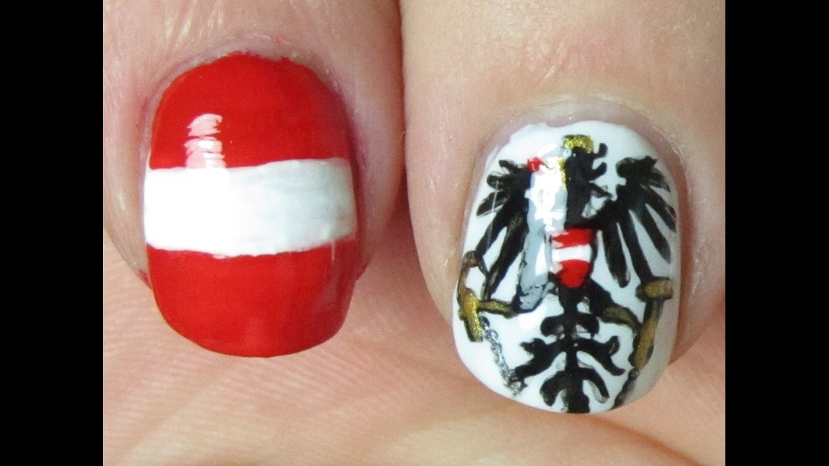 Österrikes flagg och nationssymbol målade på ett par naglar.