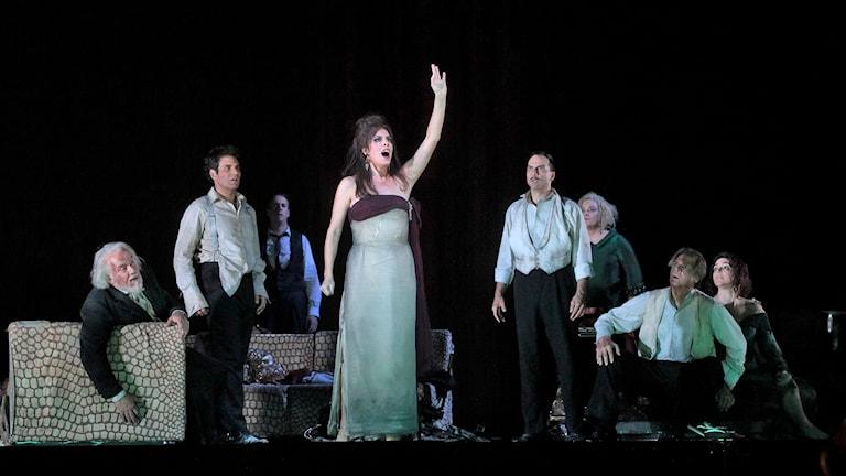 Audrey Luna med flera på scenen i Mordängeln av Thomas Adès.