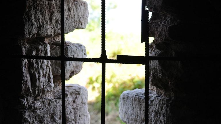 Ser ut genom ett fängelsefönster