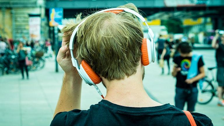 Kille med hörlurar.