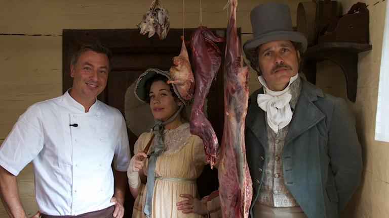 Historieätarna lever en vecka på mat från Romantiken. På bildens syns Erik Haag, veckans kock Tareq Taylor och Lotta Lundgren.