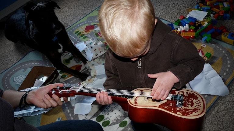 Gitarr present.
