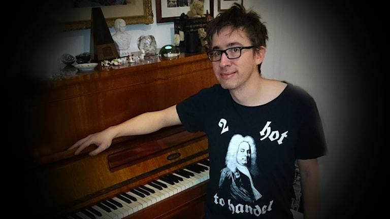 Fredrik Strage vid piano.