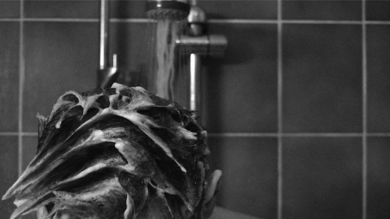 Schampo i hår i dusch.