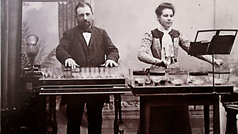 Jakob Oskar Karlström med dottern Ester Karlström spelar glasmusik.