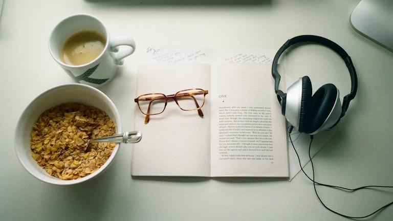 Frukost och musik i hörlurar.