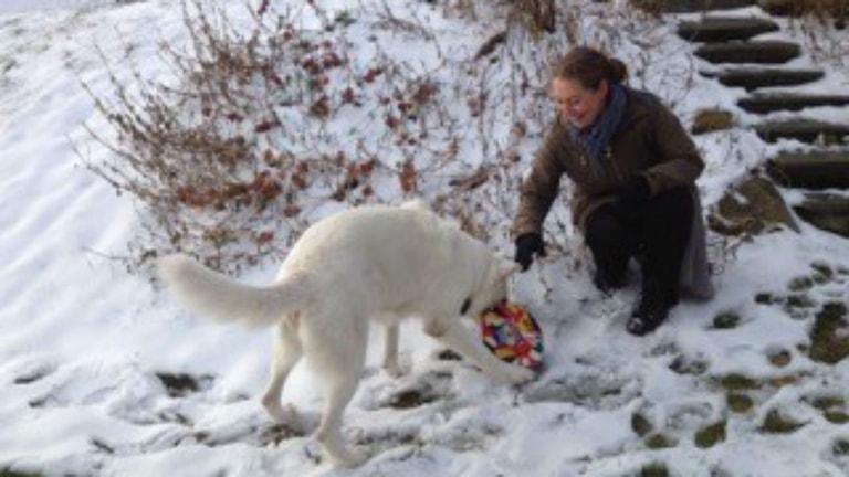 Monica och hunden Lisa i västgötska snön. Foto: Privat