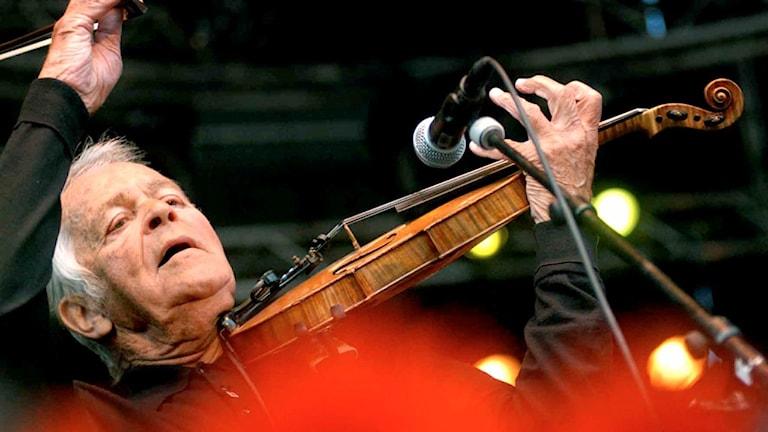 Svend Asmussen spelar fiol på Stockholm Jazzfestival.