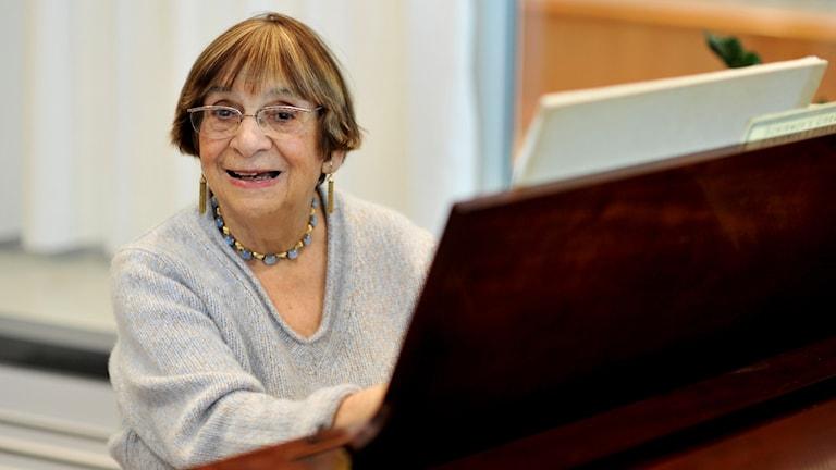 Kompositören Ursula Mamlok sitter vid ett piano.