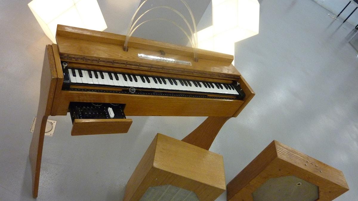 Instrumentet Ondes Martenot står på ett kalt golv.