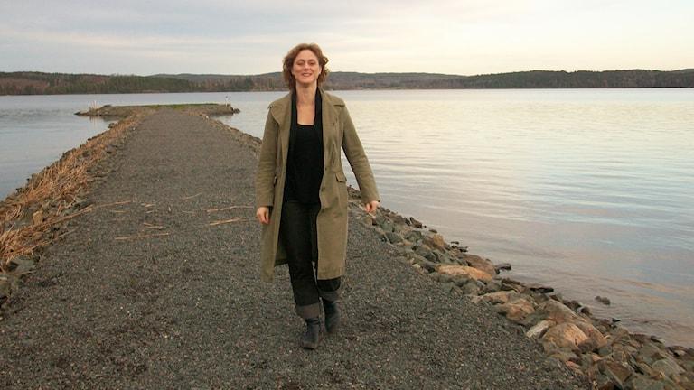 Tonsättaren Micaela Hoppe går på en pir i sjön Fryken i Fryksdalen i Värmland.