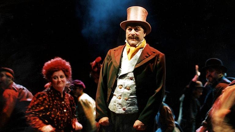 Tomas Bolme i hög hatt i rollen som Alfred P Doolittle i My Fair Lady.