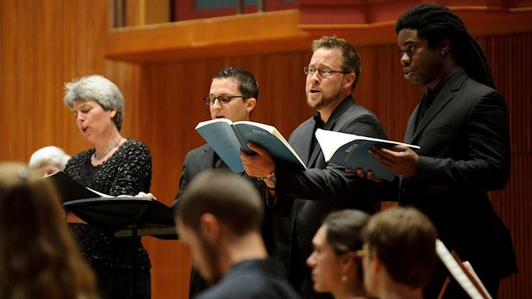 Körsångare sjunger Matteuspassionen av Johann Sebastian Bach.