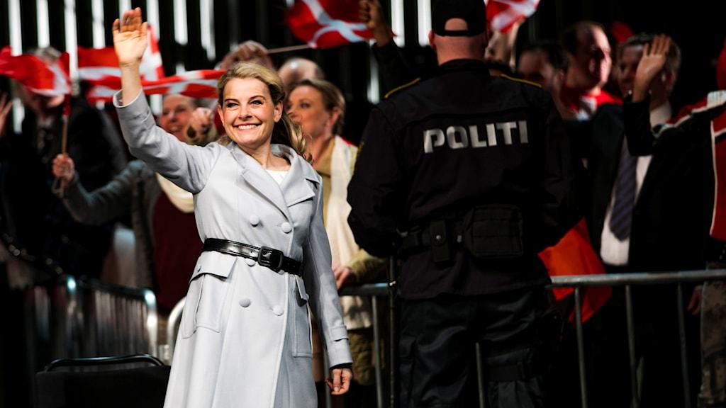 Danska sångerskan Ditte Højgaard Andersen vinkar med högerhanden.
