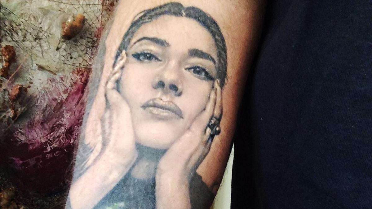 Maria Callas vilar huvudet i sina händer i en tatuering på Rickard Söderbergs högerarm.