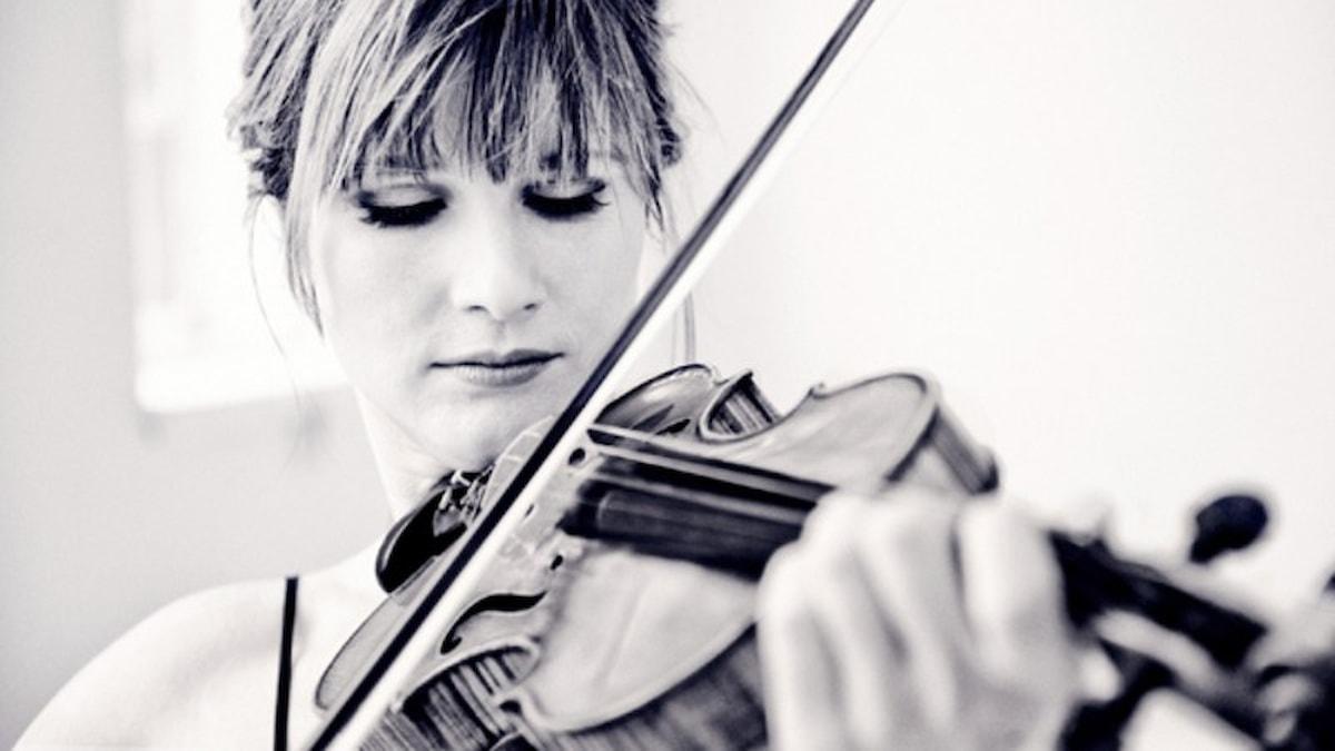 Violinisten Lisa Batiashvili spelar på sin Stradivariusfiol.