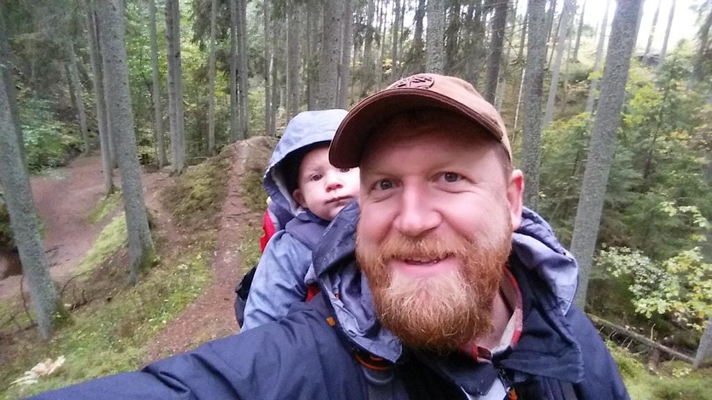 Pär Thornell och Einar på skogspromenad
