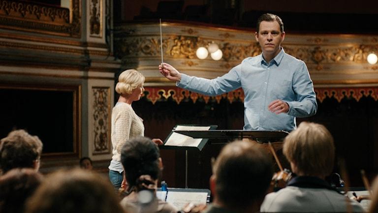 Eric Ericson i rollen som Olof Molander i tv-serien Molanders dirigerar en orkester.
